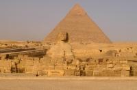 Velká sfinga v Gíze, v pozadí Rachefova pyramida