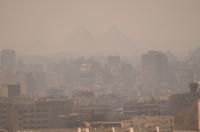 Káhira v pozadí s pyramidami